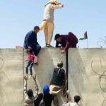Mereka-memanjat-dinding-perimeter-agar-bisa-masuk-ke-area-bandara